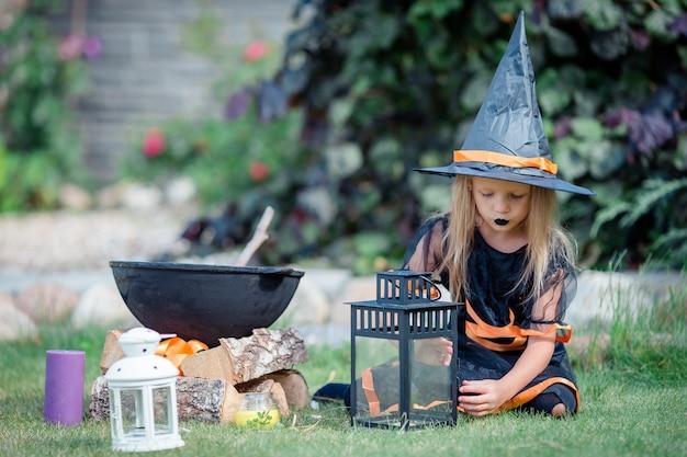 Garota feliz em traje de halloween Foto Premium