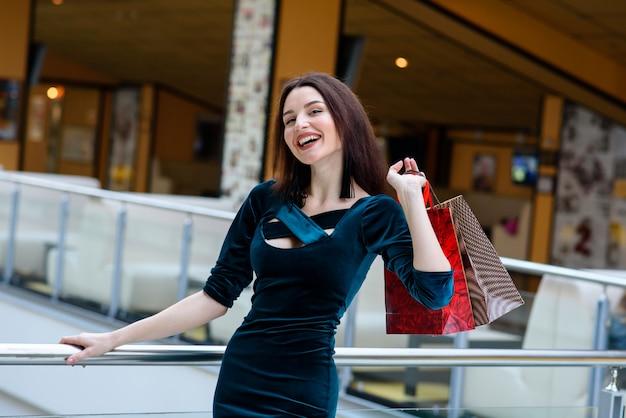 Garota feliz faz uma compra no shopping. Foto Premium