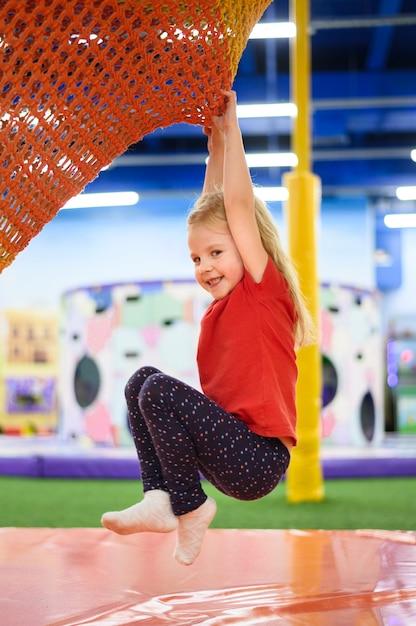 Garota feliz na vista lateral para o parque infantil Foto gratuita
