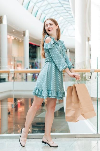 Garota feliz posando no shopping Foto gratuita