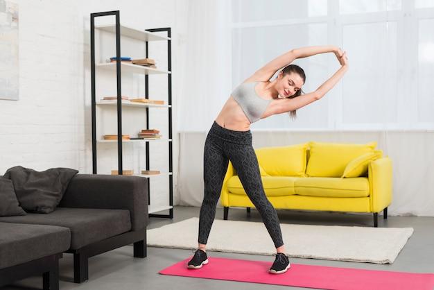Garota fitness fazendo exercício Foto gratuita