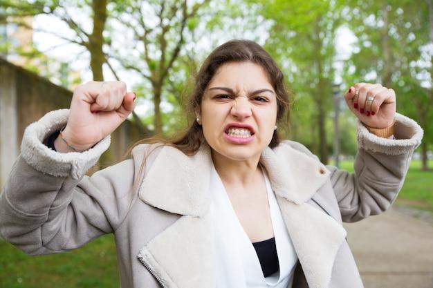 Garota frustrada com raiva aprendendo más notícias Foto gratuita