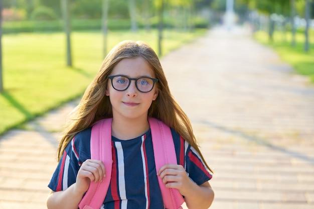 Garota garoto estudante loira com óculos no parque Foto Premium