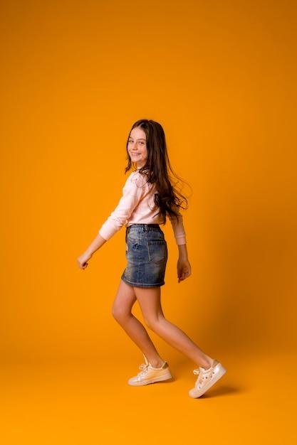 Garota garoto pulando dançando garota feliz Foto Premium
