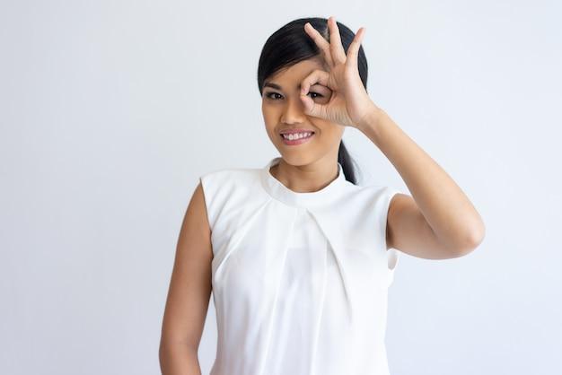 Garota glamour alegre mostrando sinal de ok Foto gratuita