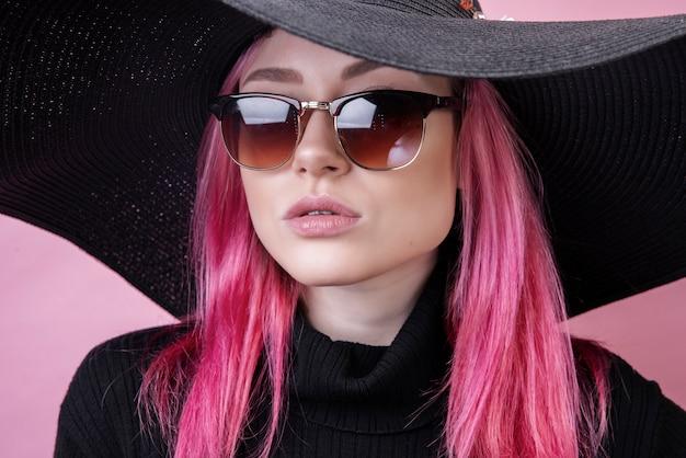 Garota gostosa com óculos e chapéu Foto gratuita