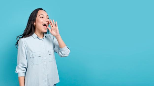 Garota gritando Foto gratuita