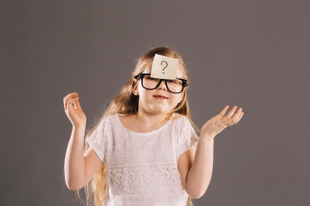 Garota intrigada em copos Foto Premium