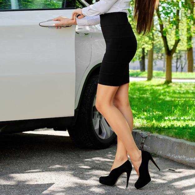 Garota irreconhecível abre a porta do carro Foto Premium