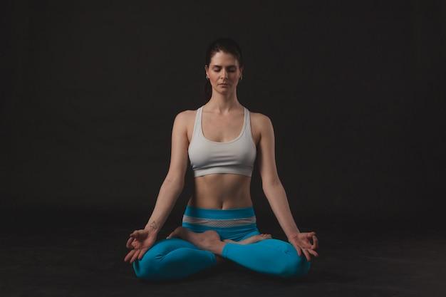 Garota linda desportiva yogi pratica yoga asana Foto Premium