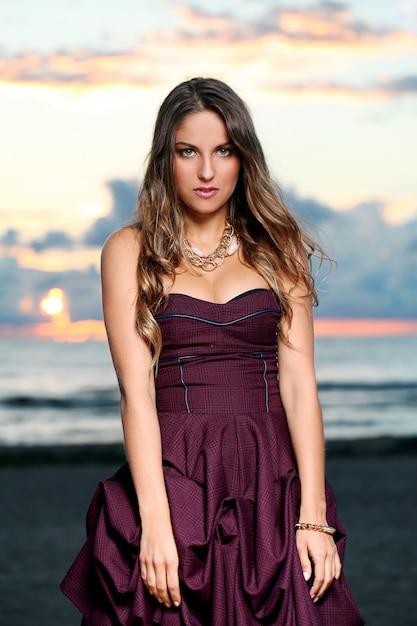 Garota linda em um vestido Foto gratuita
