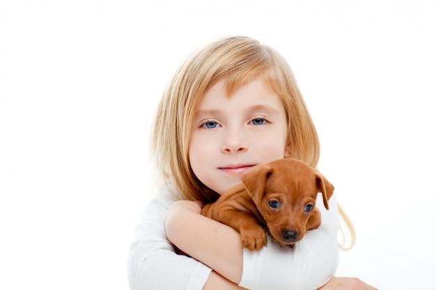 Garota loira crianças com pinscher mini cachorro filhote de cachorro Foto Premium