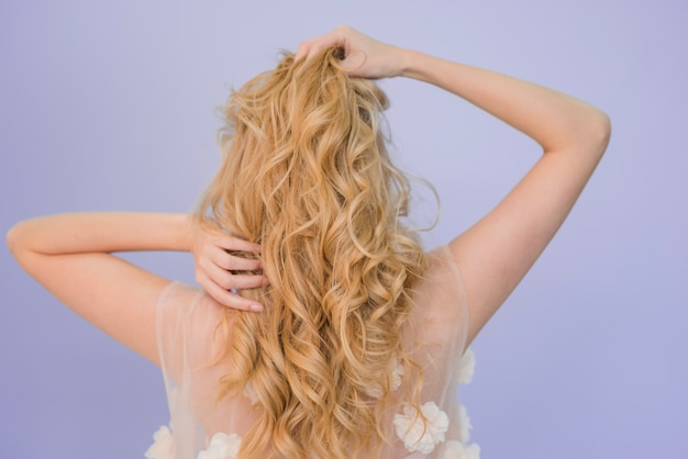 Garota loira cuidando de seu cabelo Foto gratuita