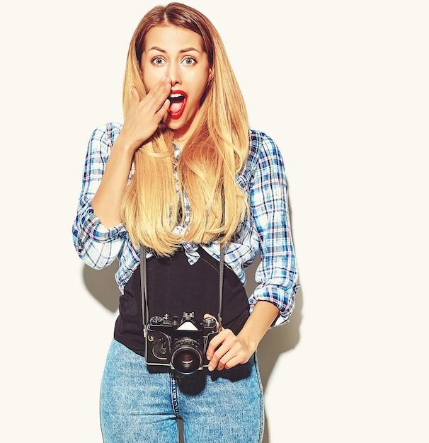 Garota loira em roupas de verão casual hipster Foto gratuita