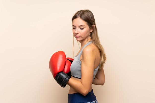 Garota loira esporte jovem sobre parede isolada com luvas de boxe Foto Premium