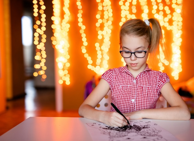 Garota loira no vestido rosa e grandes óculos escuros, desenho de papai noel Foto Premium