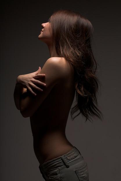 Garota modesta de topless Foto Premium