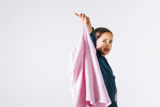 Garota mostrando o pano fedorento Foto gratuita