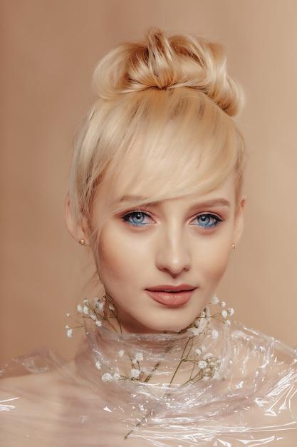Garota muito atraente, com cabelos loiros, moda, tiro, rosa Foto gratuita