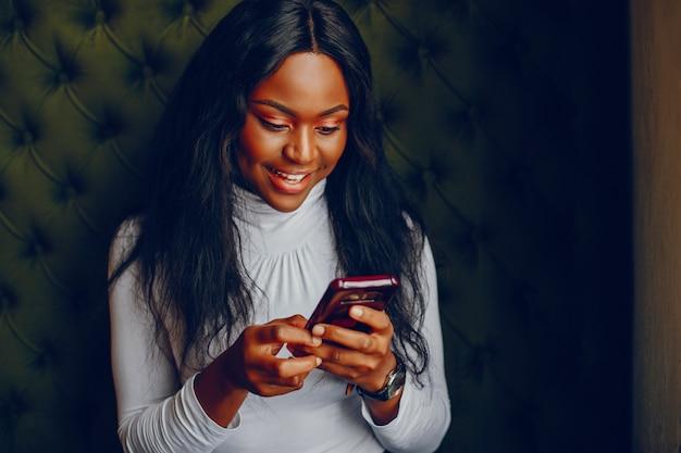 Garota muito negra em um café Foto gratuita