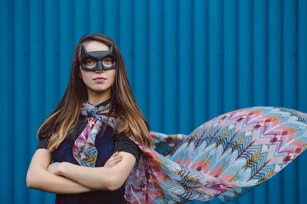Garota na máscara de super-herói preto Foto gratuita