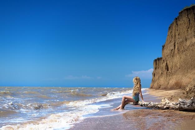 Garota na praia. Foto Premium