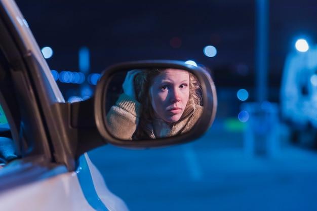 Garota no carro à noite Foto gratuita