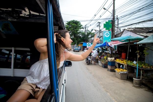 Garota no táxi tuk-tuk Foto gratuita