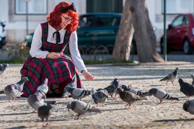 Garota pin-up alimentando os pássaros Foto Premium