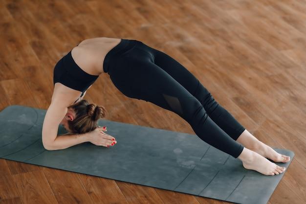Garota pratica ioga, esportes e estilos de vida saudáveis, o conceito de equilíbrio mental Foto Premium