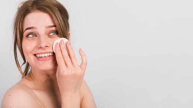 Garota removendo a maquiagem Foto gratuita