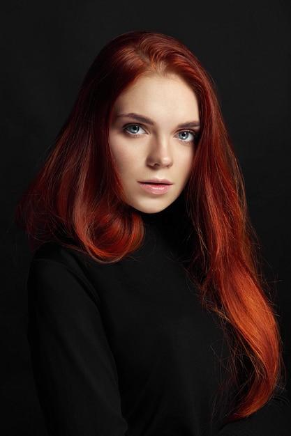 Garota ruiva linda sexy com cabelo comprido Foto Premium