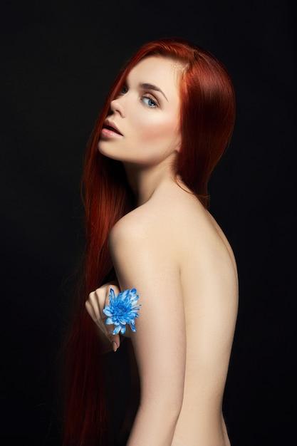 Garota ruiva linda sexy com cabelos longos, beleza Foto Premium