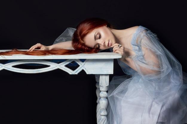 Garota ruiva linda sexy com cabelos longos em vestido Foto Premium