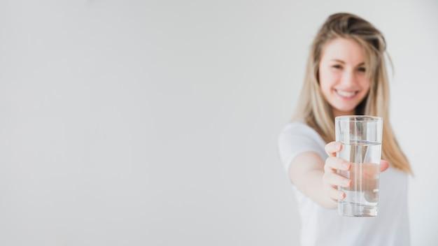 Garota saudável, segurando o copo de água Foto gratuita