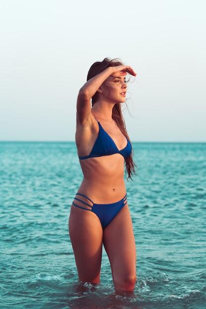 Garota sexy em um biquíni Foto Premium