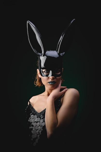 Garota sexy em uma máscara de coelho preto Foto Premium