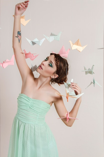 Garota sonha papel de pássaros. dragões de guindastes de origami Foto Premium