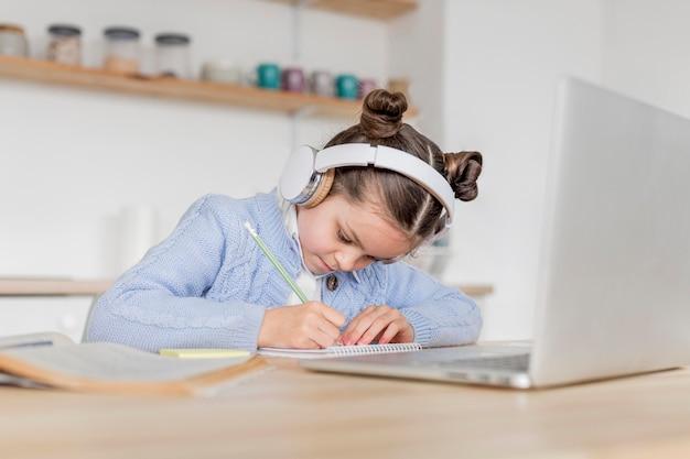 Garota tendo uma aula on-line Foto Premium