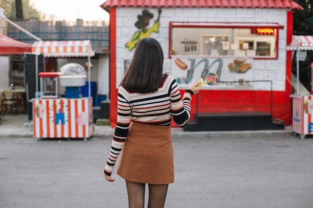 Garota vai para um caminhão de comida Foto gratuita