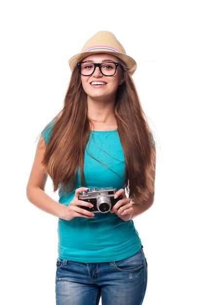 Garota verão com câmera retro Foto gratuita