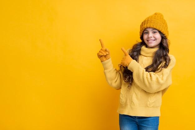 Garota vestida grossa sobre um fundo amarelo Foto gratuita