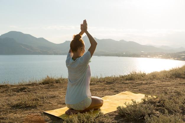 Garota yoga com fones de ouvido sem fio Foto gratuita