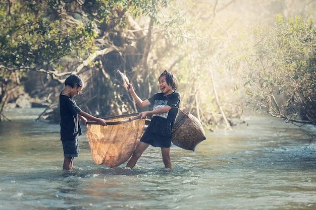 Garotas asiáticas pescando no rio Foto Premium