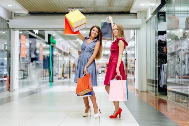 Garotas bonitas, compras no shopping Foto Premium