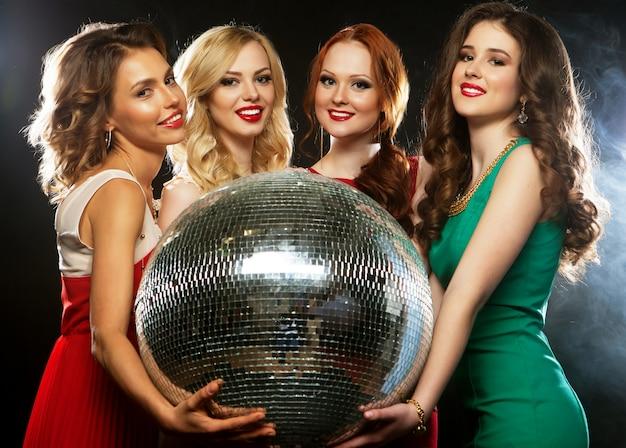 Garotas de festa com bola de discoteca Foto Premium