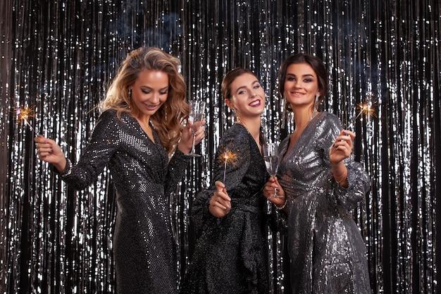 Garotas em uma festa. estrelas de hollywood. a comemorar. Foto Premium
