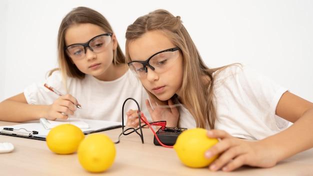 Garotas fazendo experimentos científicos Foto gratuita