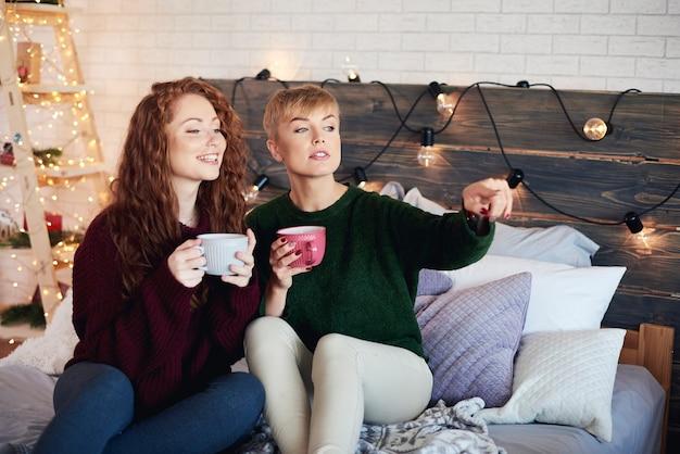 Garotas felizes passando o natal na cama Foto gratuita