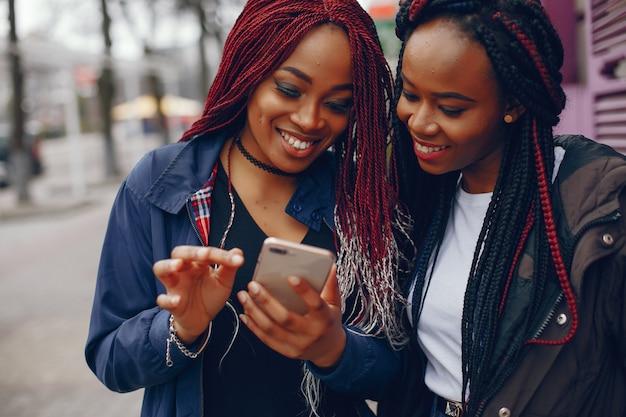 Garotas negras em uma cidade Foto gratuita